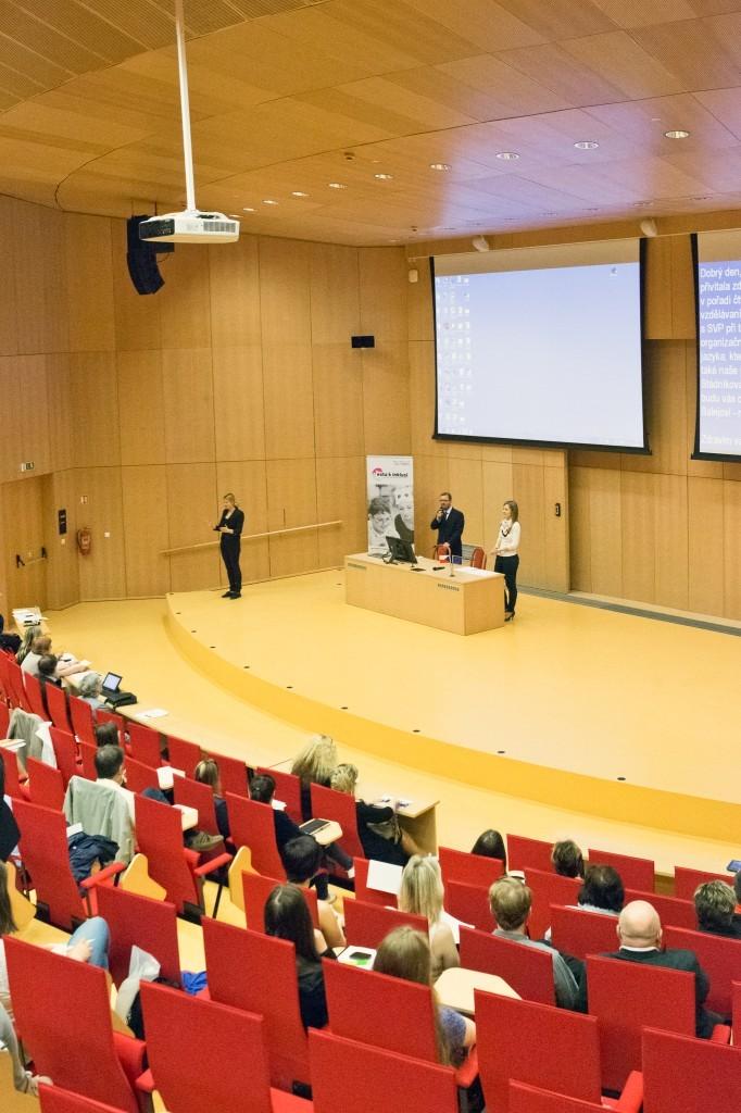Fotografie z úvodu konference - úvodní slovo rektora UJEP